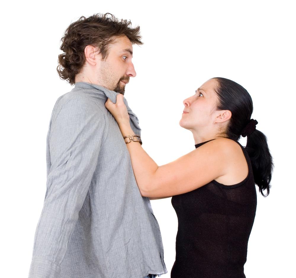 Девушка ругает парня фото